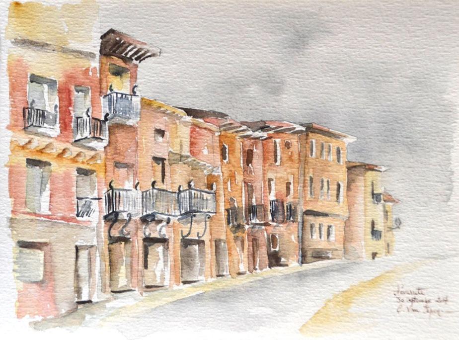 A l'aquarelle, de gauche à droite, l'alignement de maisons de village. Elles sont étroites et possèdent deux étages. Au premier étage, des balcons en fer forgé.