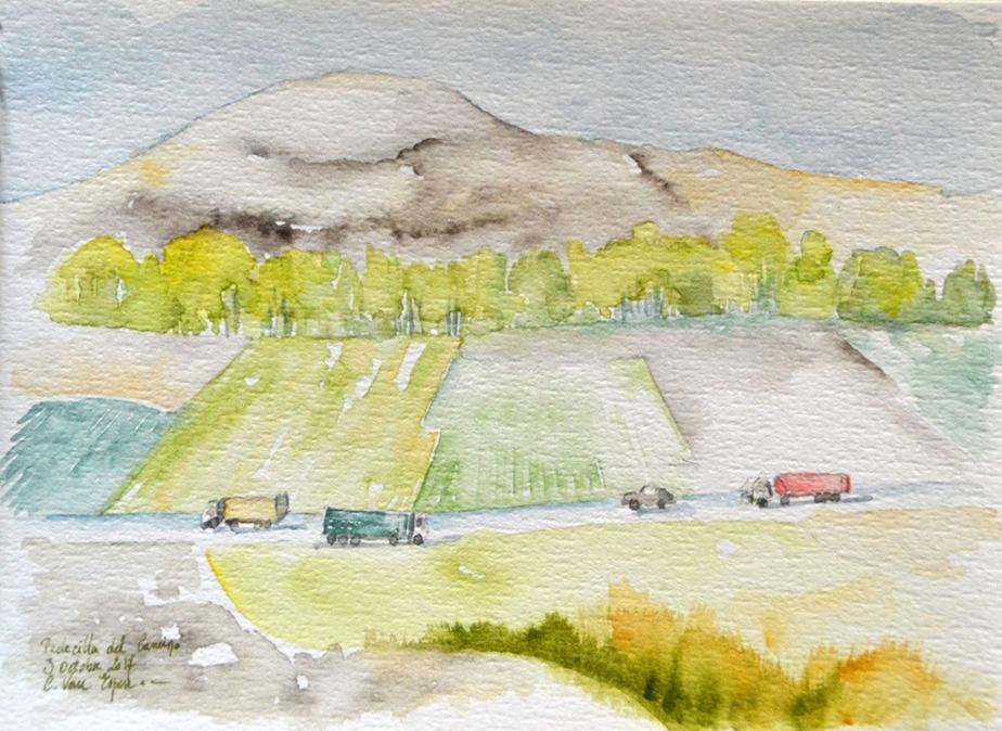 A l'aquarelle, passé le premier plan, des terrains qui descendent et s'arrêtent à la limite d'une route. Sur la voie, 3 camions et un voiture circulent. De gauche à droite, un camion jaune vers la gauche, un camion vert vers la droite, une voiture grise et un camion rouge vers la gauche. Du bord de la chaussée, partent des champs, délimités en fond par une haie arbustive vert pomme. Au delà, une colline.